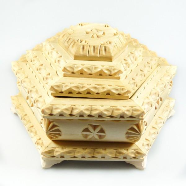 Boîte à bijoux en bois brut sculpté